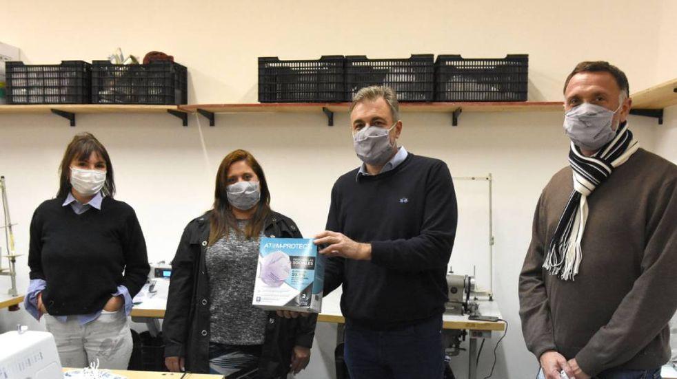 El intendente visitó la cooperativa que fabrica los barbijos del CONICET
