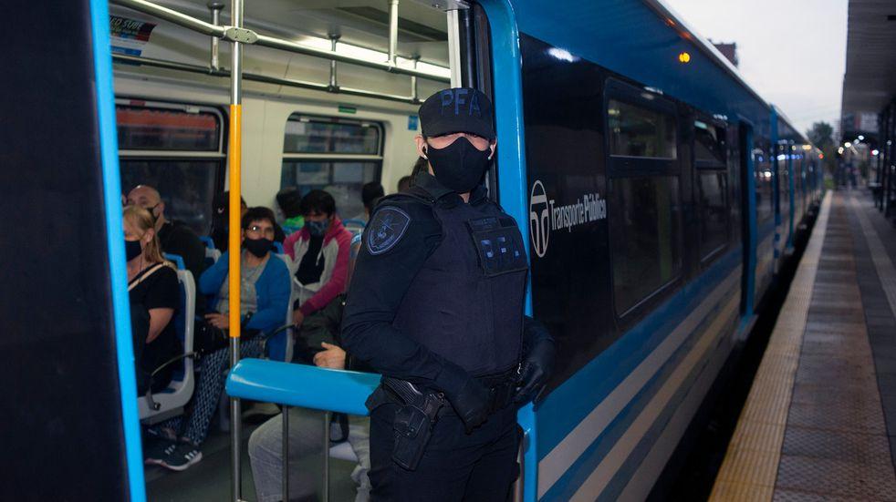 Realizan controles sorpresivos en colectivos y estaciones de tren por las nuevas restricciones