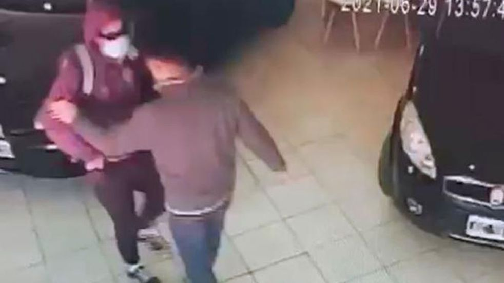 Video: entró a punta de pistola a robar una concesionaria en Córdoba