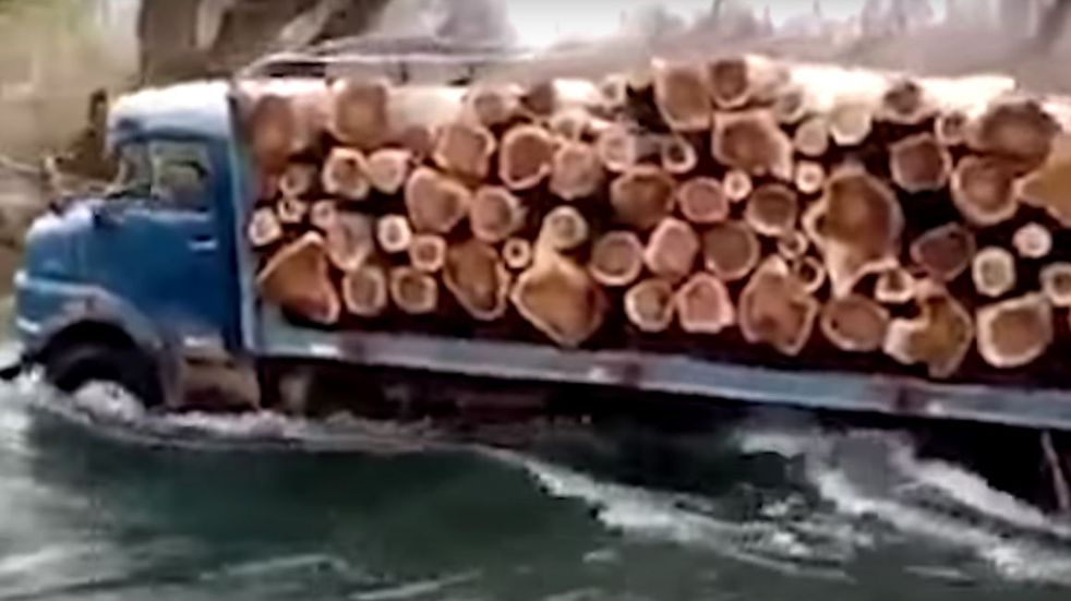 ¿Competencia para el pulpero Firmapaz? Grabaron a un camión modelo 81 cruzando contracorriente el Río Neuquén