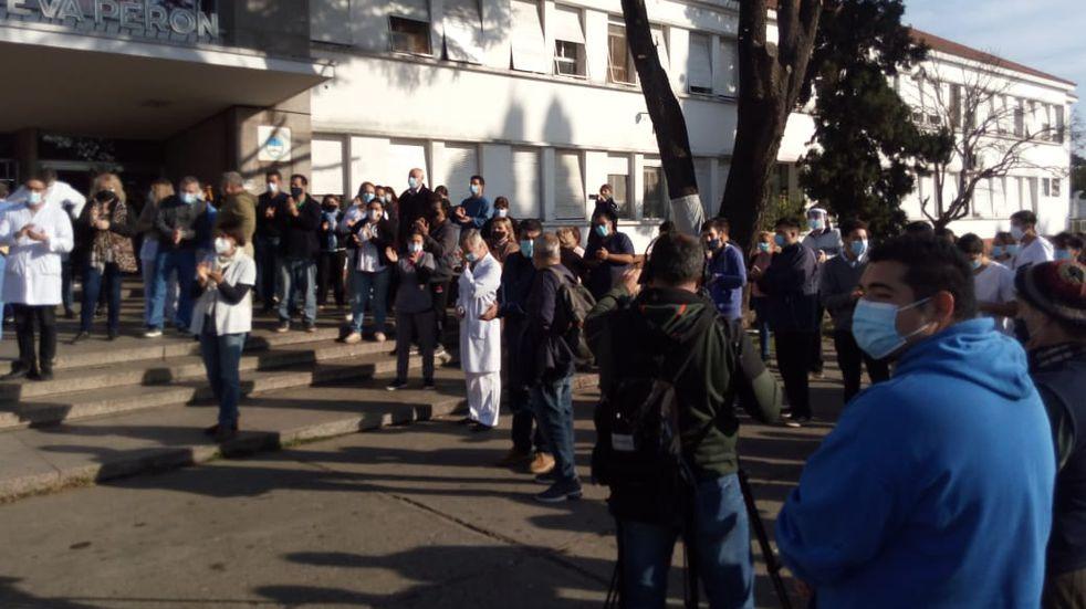 Hicieron un abrazo solidario para apoyar al director del Hospital Eva Perón