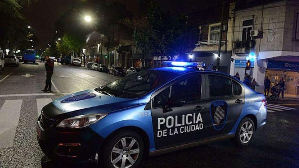 Hallaron a un hombre asesinado en su casa de Boedo y buscan al asesino: escapó por los techos