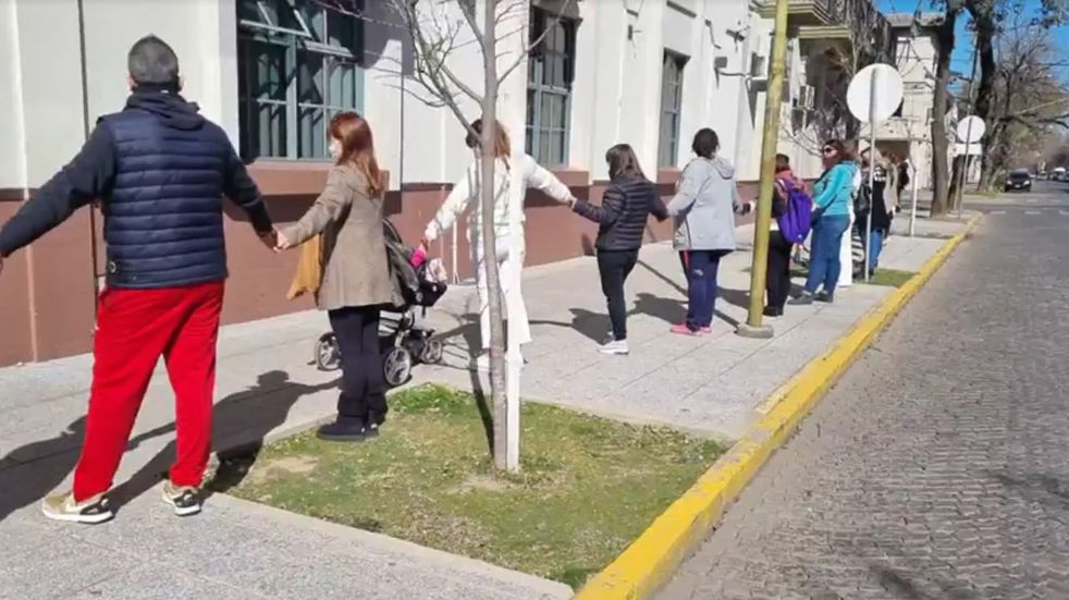 Padres de alumnos del Colegio San José realizaron un abrazo