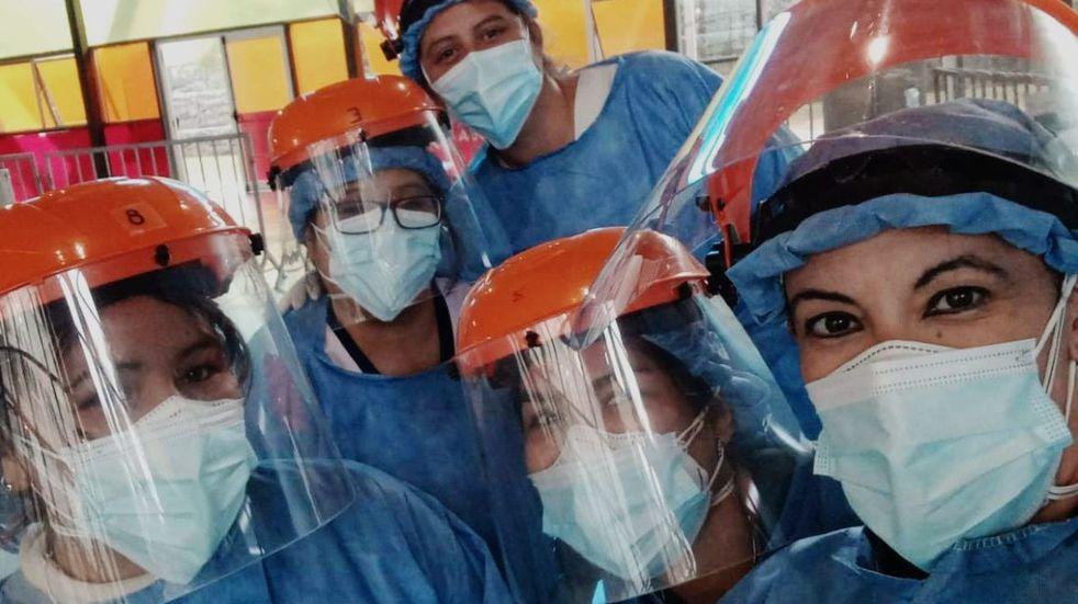 Foto viral: una enfermera se recibió mientras hisopaba en Córdoba