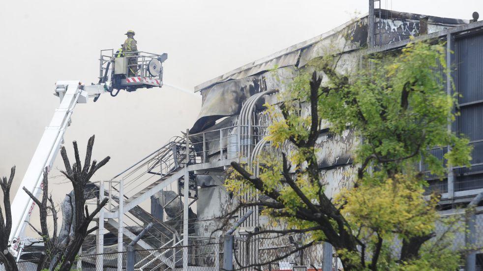 """Incendio en San Fernando: Bomberos trabajaron largas horas en la panificadora y el fuego """"está controlado"""""""