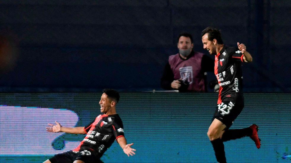 Colón goleó a Racing por 3-0 y se llevó la Copa de la Liga Profesional, su primer título