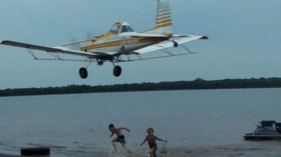 Susto en Corrientes: una avioneta realizó vuelos rasantes sobre personas en una playa