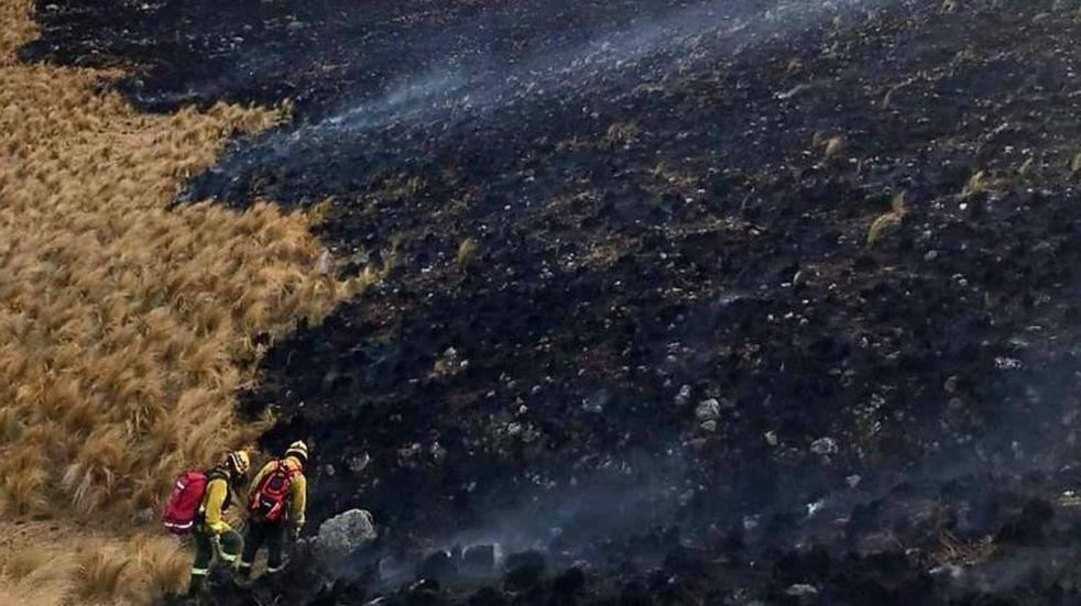 Incendio forestal en capilla del Monte. (Foto: Bomberos Voluntarios de Cosquín).