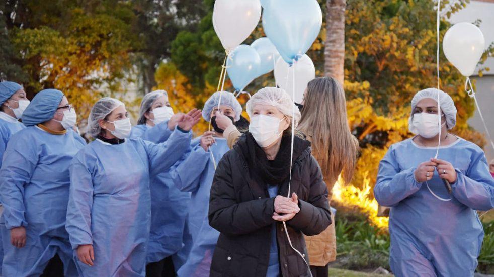 Arroyito festejó las 20.000 vacunas colocadas con una suelta de globos en Plaza 25 de Mayo