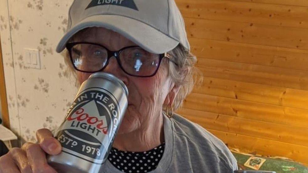 """Una abuela de 93 años pidió cerveza desde su ventana con un cartel: """"necesito más"""""""