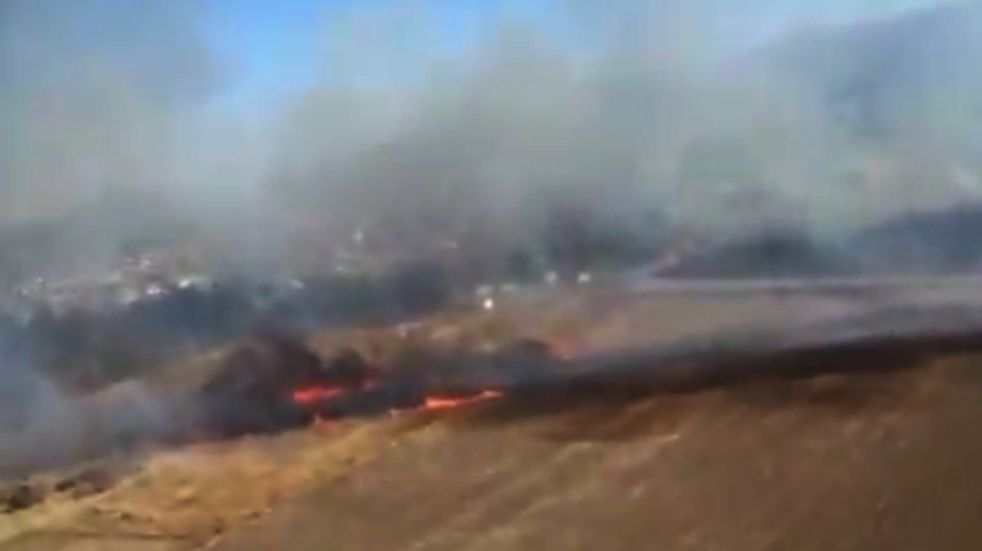 Alta Gracia: los bomberos combaten un foco de incendio forestal