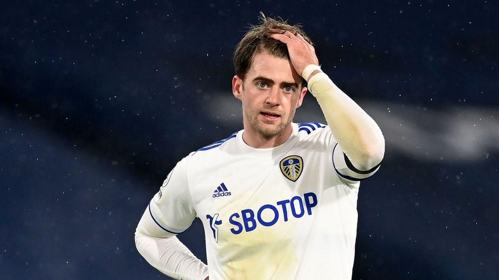 Delantero del Leeds reveló que le rompió los anteojos a Bielsa de un pelotazo en la cara