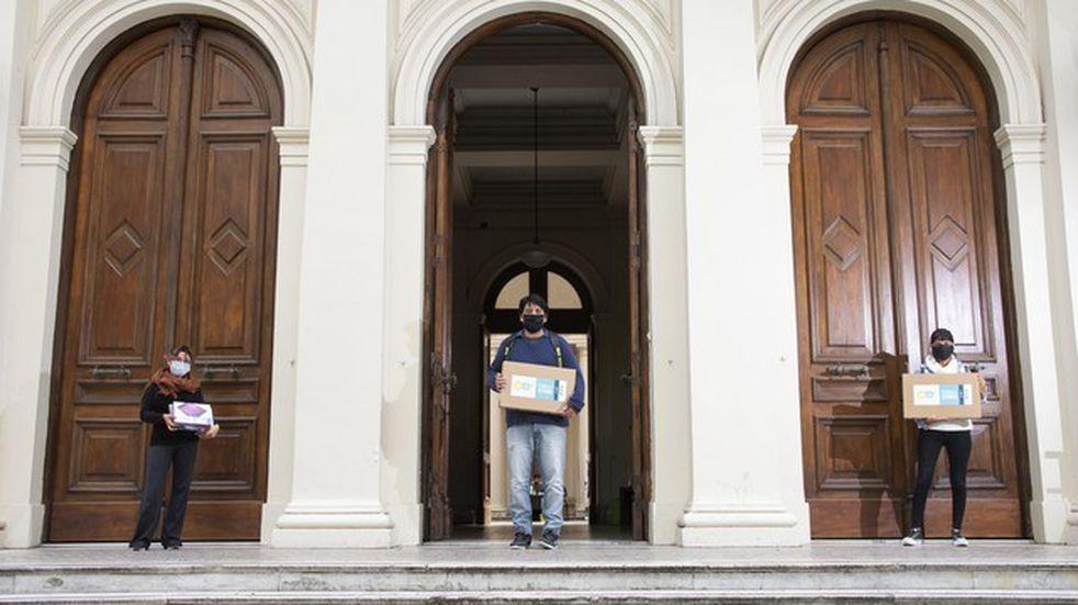 La UNLP entregó más notebooks y tablets a sus estudiantes