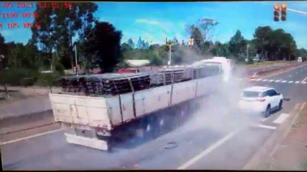 Garupá: un camión cruzó un semáforo en rojo y de milagro no ocasionó una tragedia