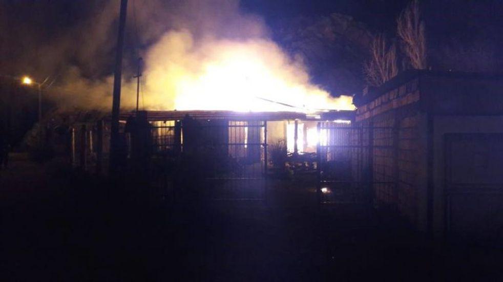 Incendio afectó a una vivienda y dejó un lesionado