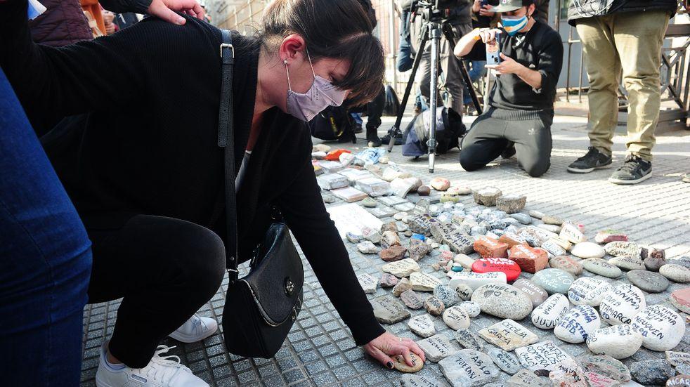 Marcha de las piedras: en Olivos y la Casa Rosada recordaron a las víctimas del coronavirus