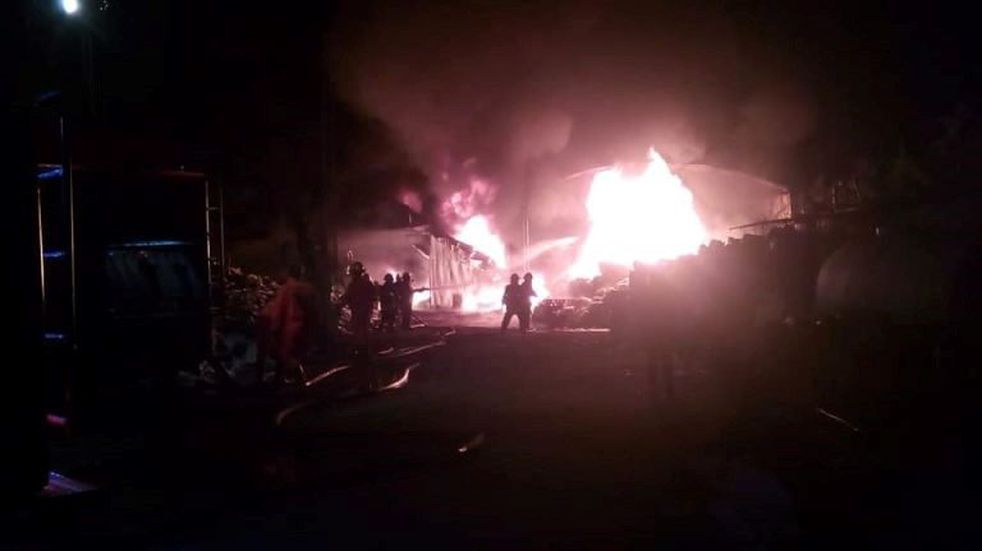 Se incendió un depósito de plásticos reciclables en Freyre
