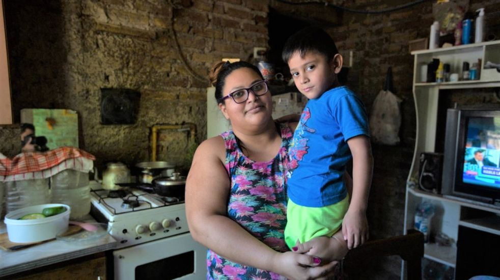 Una mamá de Río Negro vende tortas fritas para que su hijo cumpla el sueño de poder escuchar