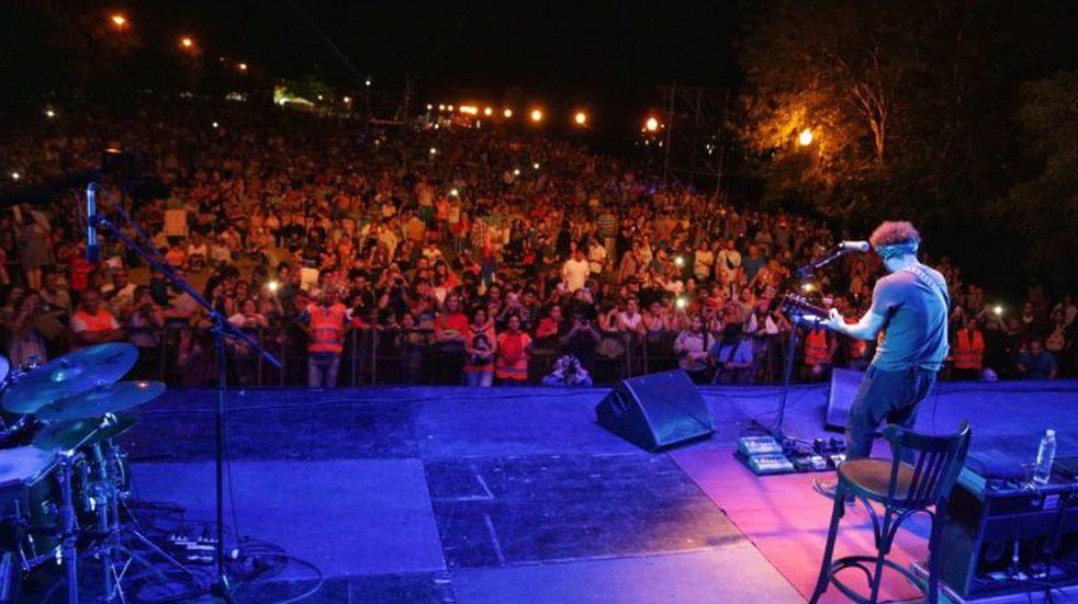 Raly Barrionuevo cautivó a más de 20 mil personas en la Fiesta del Pescado y el Vino