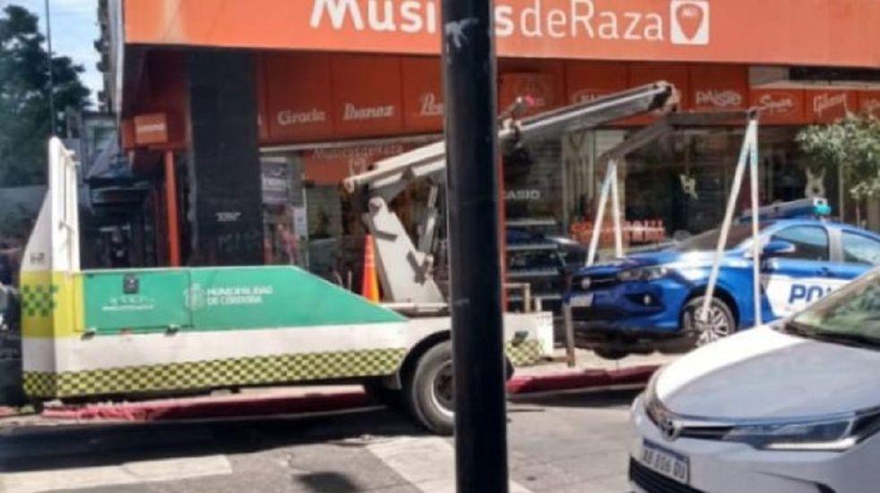 Córdoba: la grúa se llevó patrullero mal estacionado