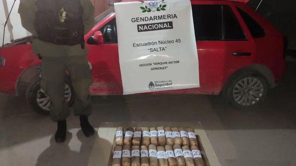 Escondían 23 kilos de cocaína en el tanque de nafta de su auto y los descubrieron en plena ruta
