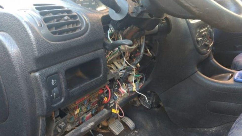 Una mujer contrató a un supuesto electricista que le desmanteló el auto