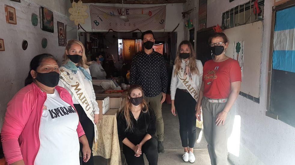 Las reinas de Maipú llevaron donaciones de los vecinos a un merendero de Beltrán