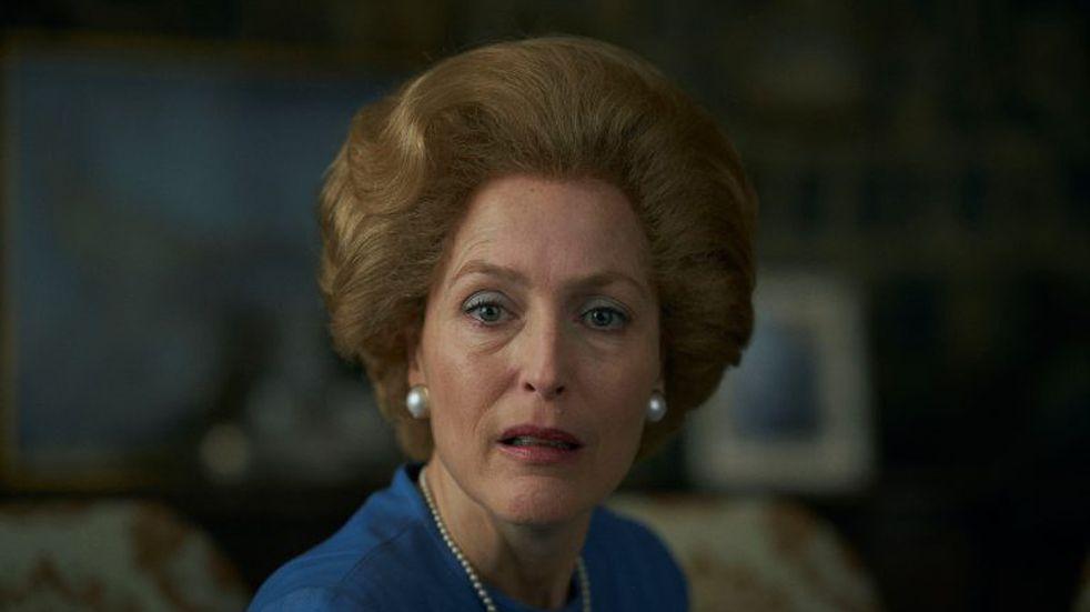 Gillian Anderson interpreta a Margaret Thatcher en The Crown (Netflix).