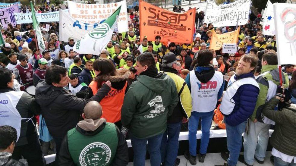 Los gremios de Chubut pidieron la renuncia de Massoni y Ávila