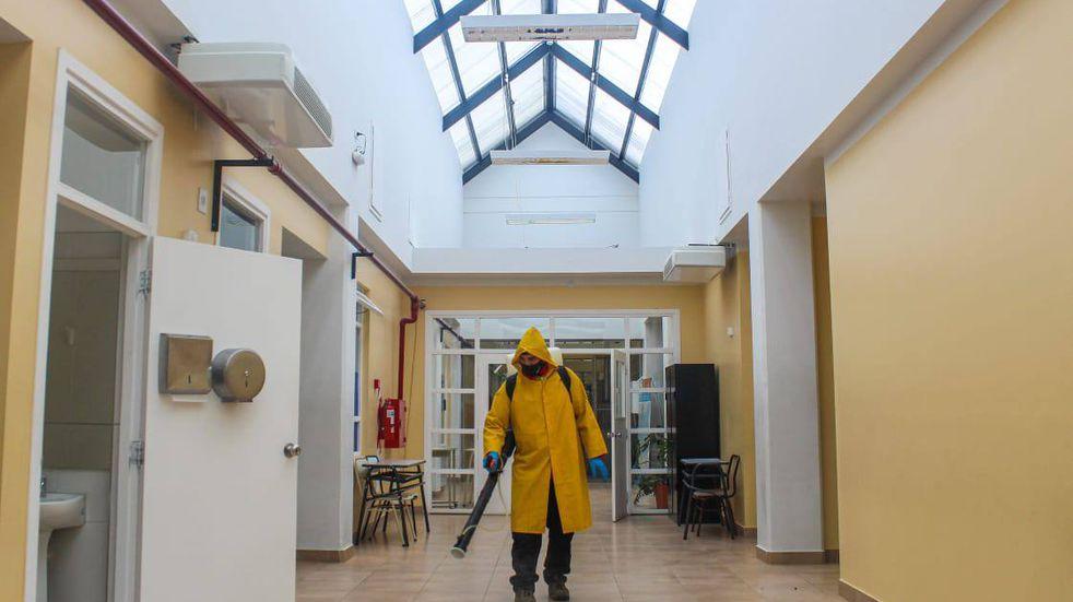 Defensa Civil de Tolhuin realizó Jornada de desinfección en el colegio Provincial  Trejo Noe