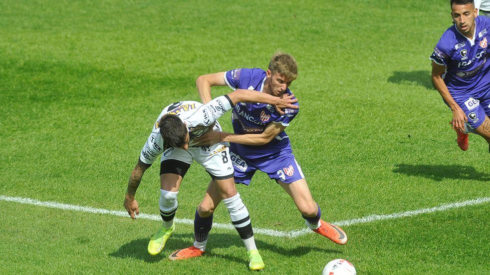 Rodrigo Mazur, lateral de Instituto, en el partido ante All Boys por la Primera Nacional. (Javier Ferreyra)