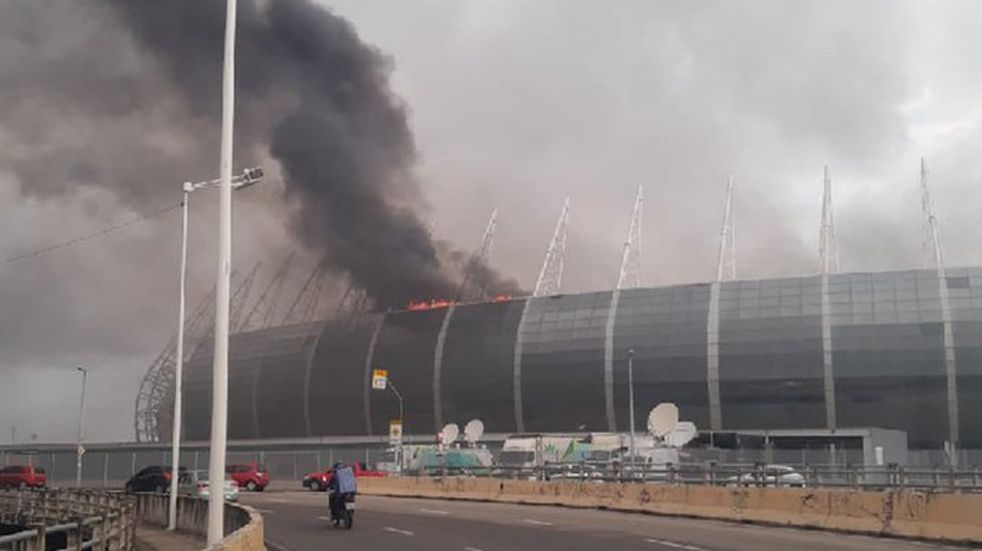 Brasil: impactante incendio en un estadio mundialista del 2014