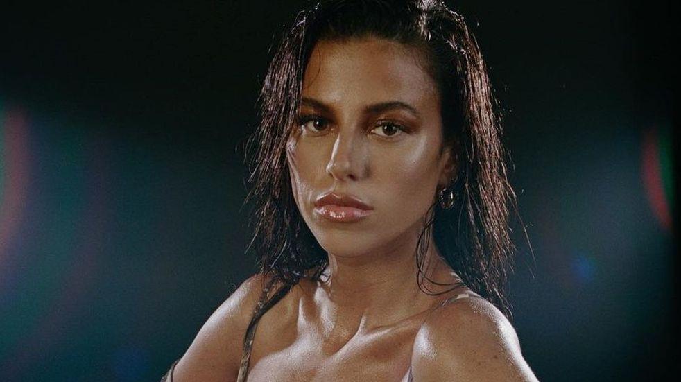 La modelo venezolana Victoria Villarroel posó desde la playa con una mini bikini coral