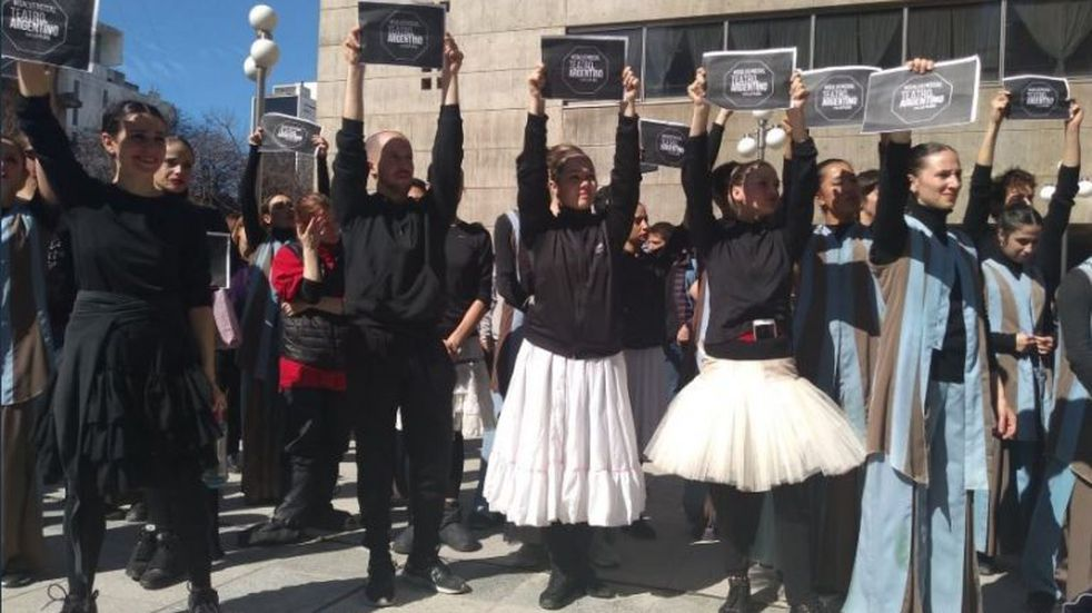 Artistas del Teatro Argentino realizaron en forma de protesta una función en la calle