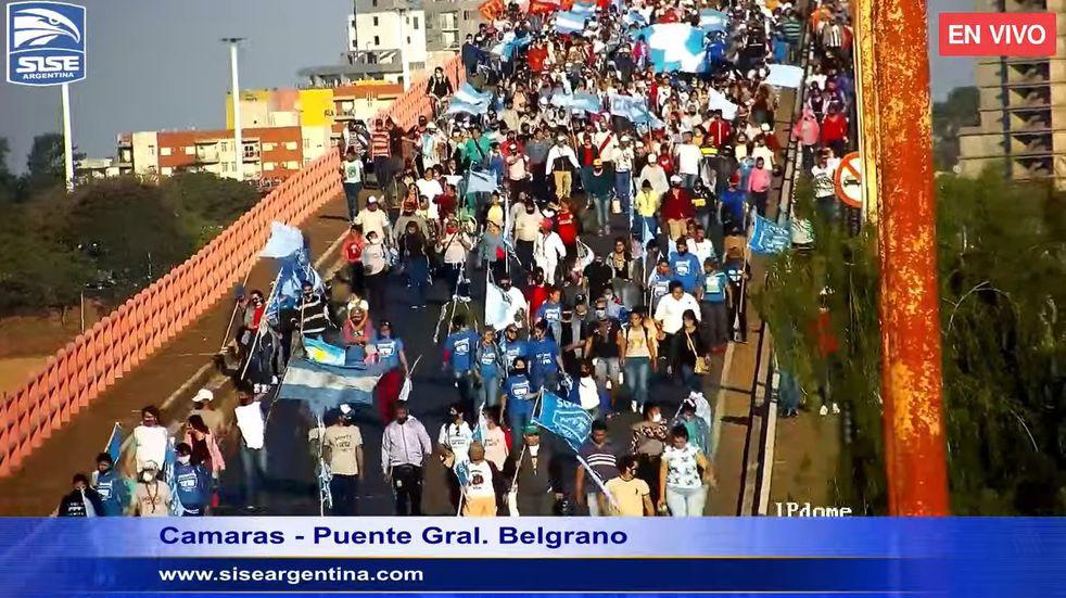 Banderazo sobre el puente interprovincial que une Corrientes con Chaco