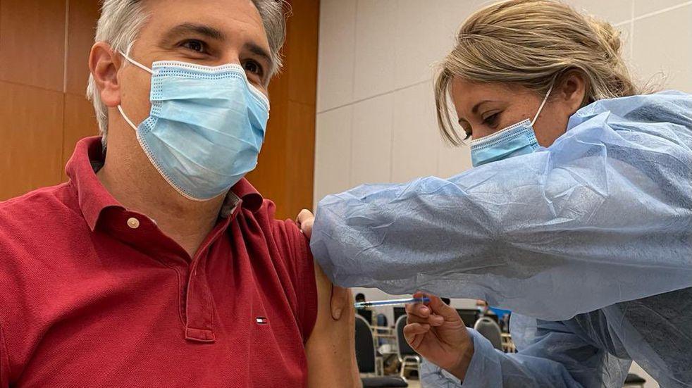 El intendente Martín Llaryora recibió la vacuna contra el COVID-19