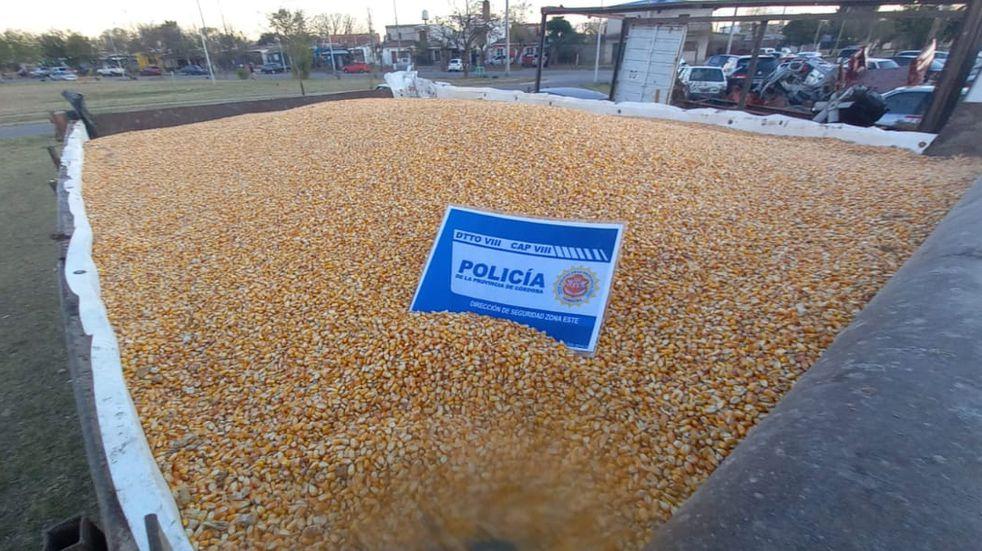 Cargaron cinco camiones con maíz recuperado de un robo a un tren en barrio Remedios de Escalada