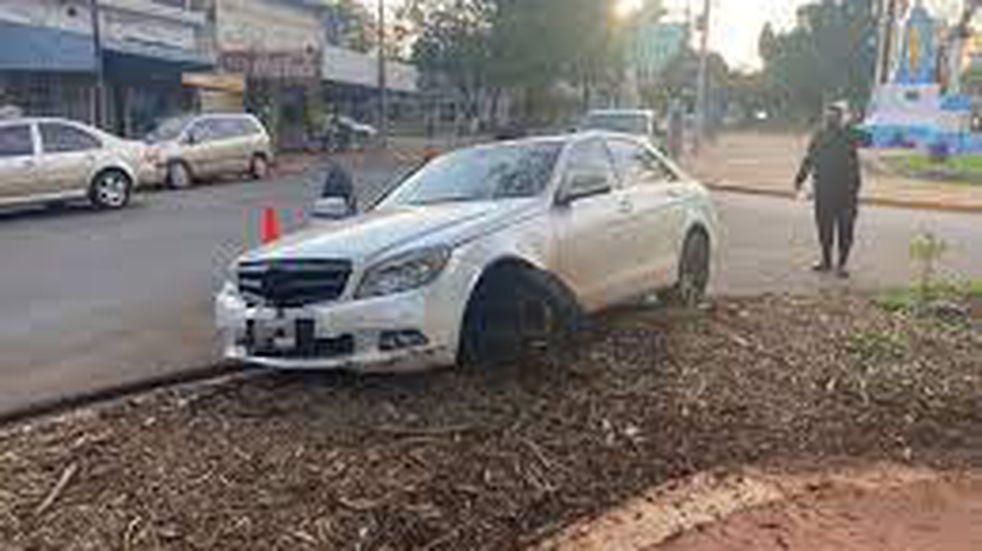 Circulaba ebrio en un auto importado, chocó y se negó a hacer el test de alcoholemia.