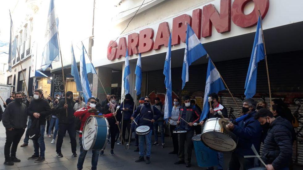 Garbarino reabrió sus locales en Rosario y pagó parte de lo que debía a empleados