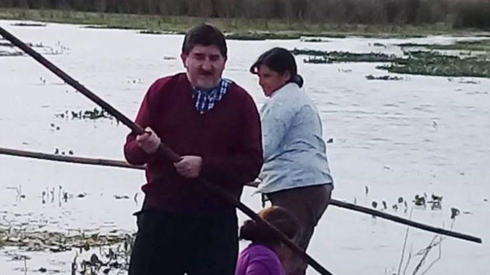Un sacerdote llegó en canoa hasta un paraje para dar misa