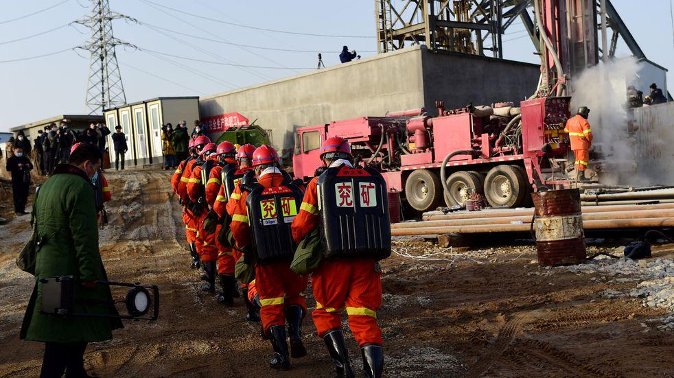 China: socorristas trabajan en agrandar un conducto para rescatar a los mineros atrapados en Qixia