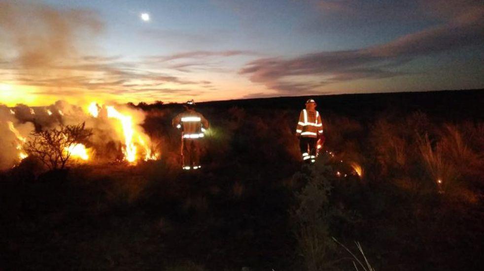 Controlan incendio en el camino serrano que une Nogolí con Río Grande