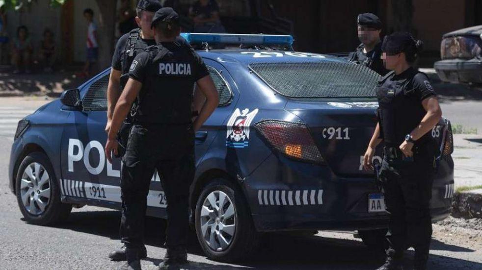 Simularon una pelea callejera y cuando un conductor se detuvo le robaron el auto