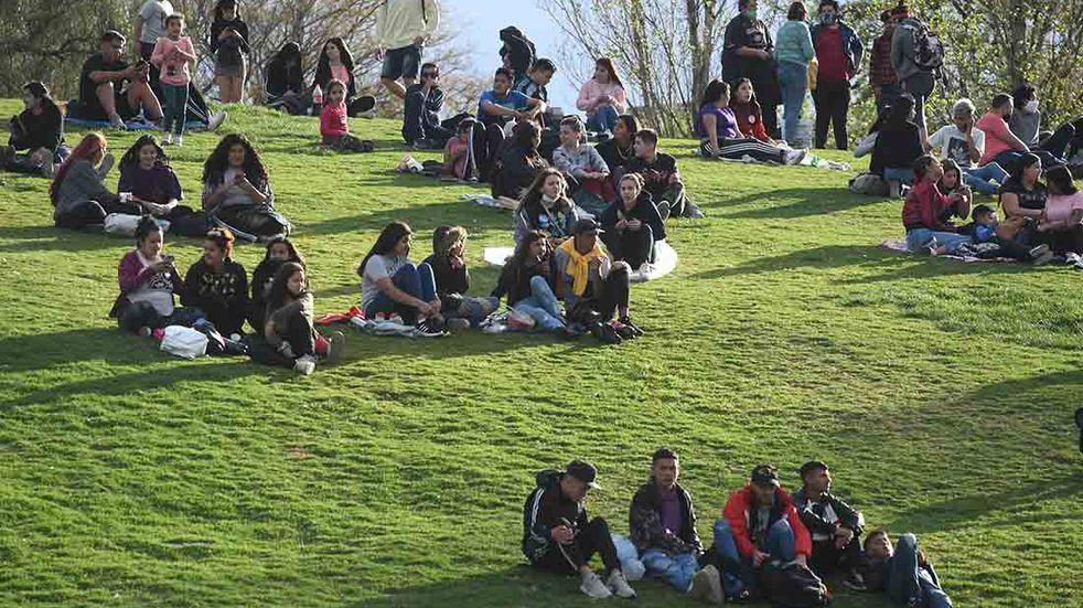 Los jóvenes celebraron su día y la llegada de la Primavera, en este caso en el Parque Central. José Gutiérrez/Los Andes