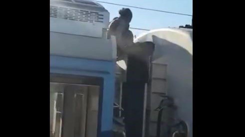 Dos hombres terminaron electrocutados mientras viajaban en el techo del tren Roca