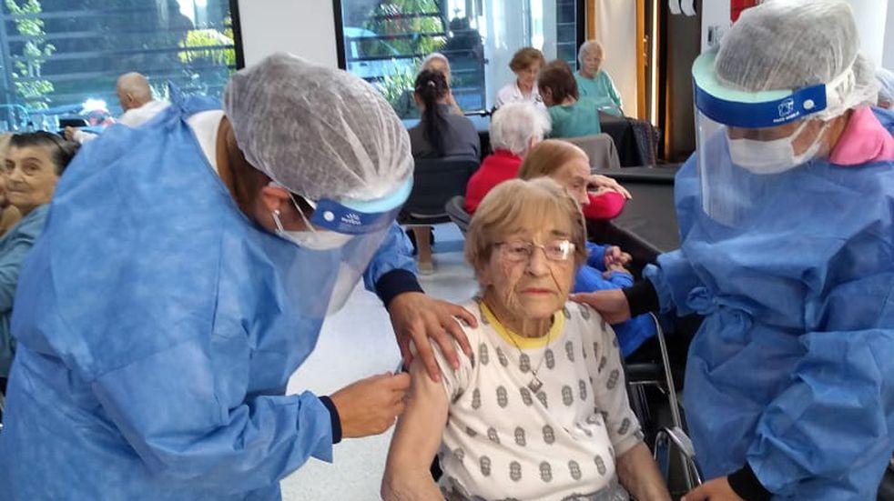 Una mujer de 100 años, una de las 240 vacunas antigripales ya aplicadas