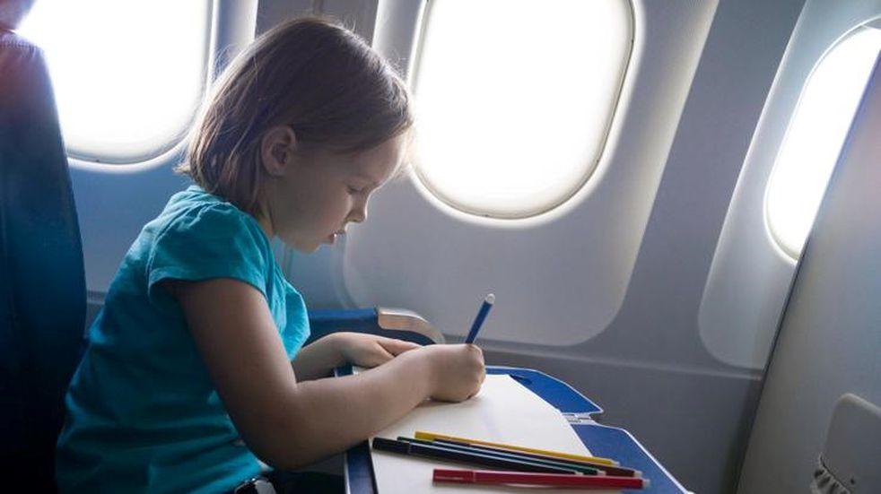 Cómo evitar los berrinches al viajar en avión con niños