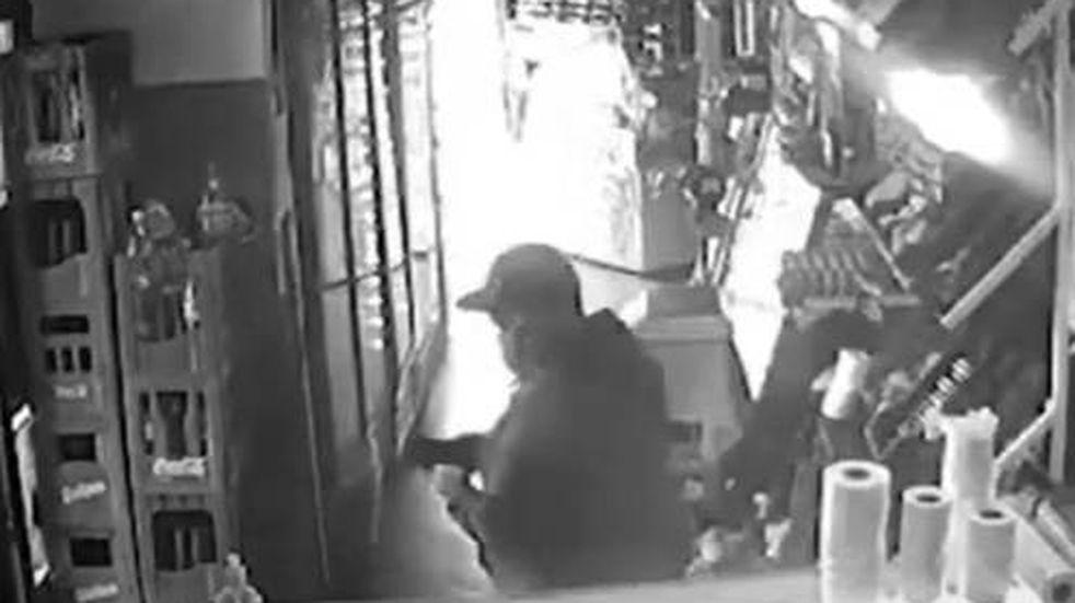 El momento en que el hombre se lleva la billetera (Captura de video).