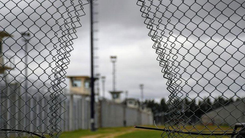 Los presos cortaron el alambrado para fugarse de la cárcel de Piñero. (Gentileza Clarín/Juan José García)