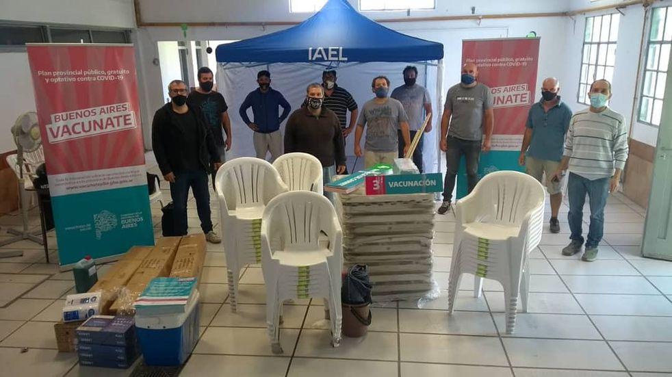 Vacunación en Azul: llegaron sillas, computadoras y un freezer para la Escuela 14